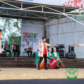 Выступает Народный ансамбль танца Эрвел (Россия)