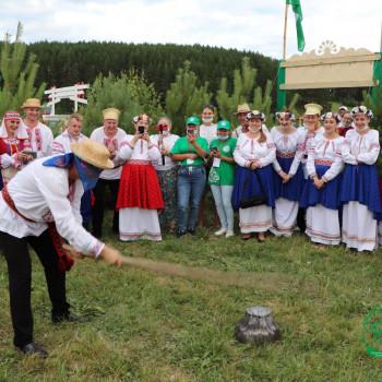 Делегация из Беларуси играет в национальную татарскую игру Чюлмак вату