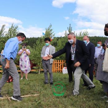 Гости играют в русскую национальную игру Чубарайка