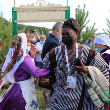 Гости пустились в задорный татарский пляс